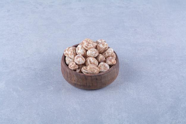 Eine holzschüssel voller gesundes getreide auf grauer oberfläche