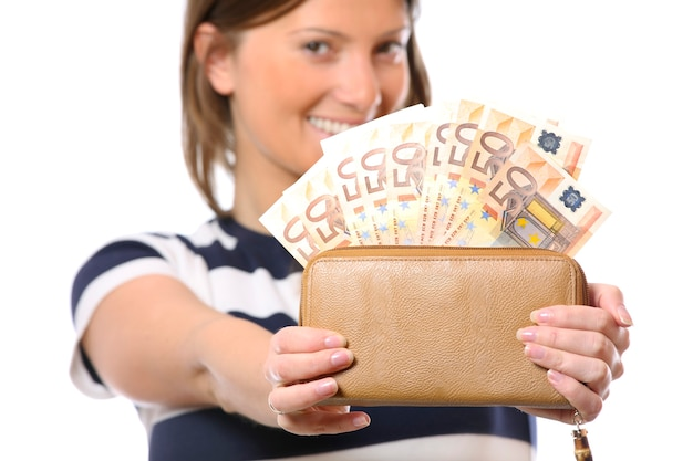 Eine hübsche frau mit einer brieftasche voller 50-euro-scheine auf weißem hintergrund