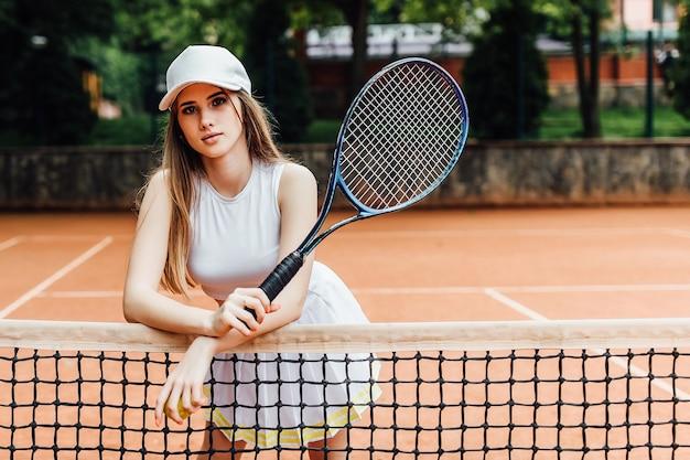 Eine hübsche tennisspielerin, die ernsthaft auf dem platz steht.