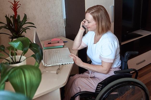 Eine im rollstuhl behinderte freiberuflerin arbeitet von zu hause aus