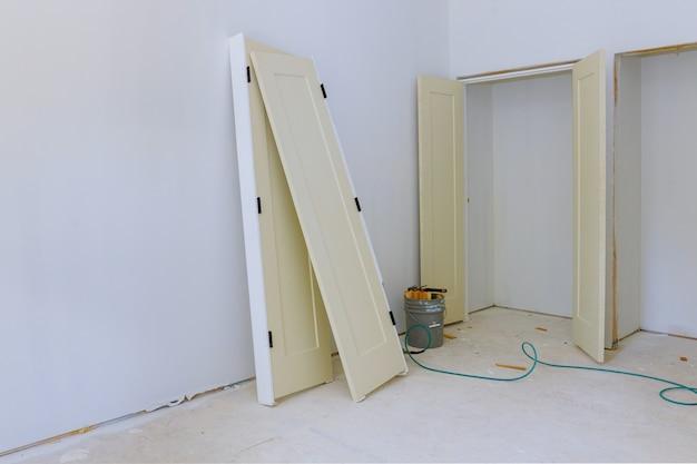 Eine innere holztür installation ein wartestapler für neues zuhause