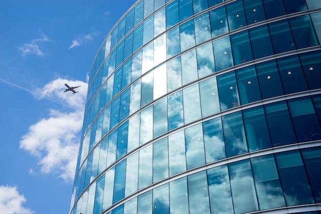 Eine jet-flugzeug-silhouette mit geschäftsbüro-türmen, london