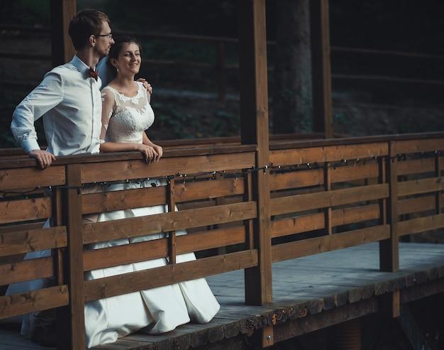 Eine junge braut und ein bräutigam stehen zusammen im freien, sommerzeit
