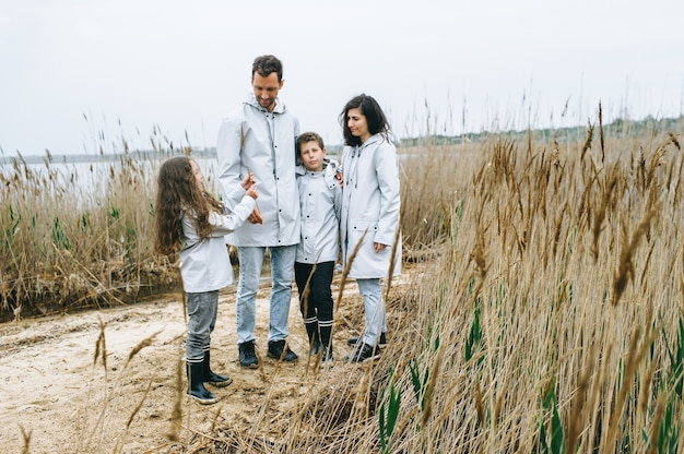 Eine junge familie hat spaß am meer auf einem bootshintergrund
