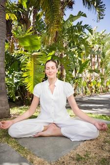 Eine junge frau, die ein yoga tut
