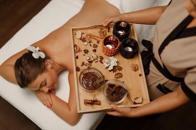 Eine junge frau, die ihre massage genießt