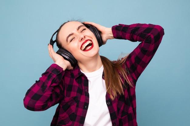 Eine junge frau hört musik mit kopfhörern