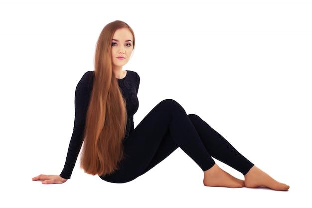 Eine junge frau mit sehr langen glatten haaren.