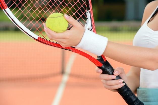 Eine junge frau tennisspieler während einer partie tennis.