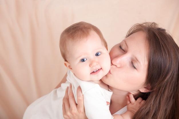 Eine junge frau umarmt ihr kind