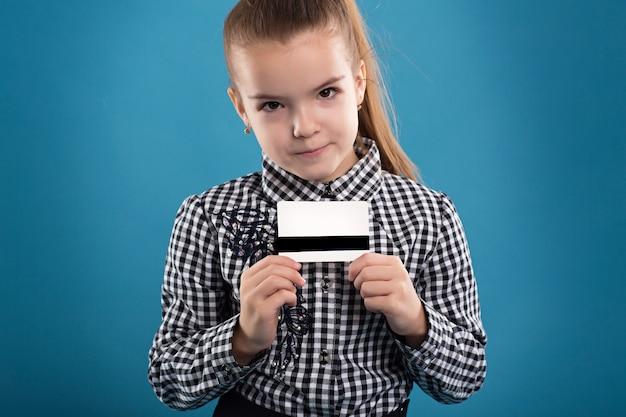 Eine junge geschäftsfrau, die neue kreditkarte anhält