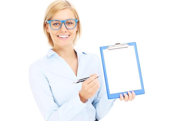 Eine junge geschäftsfrau mit dokumenten auf weißem hintergrund