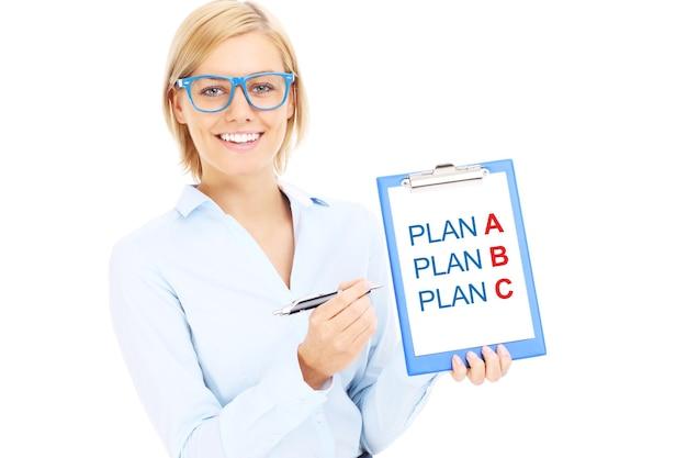 Eine junge geschäftsfrau mit plan und plan b auf weißem hintergrund