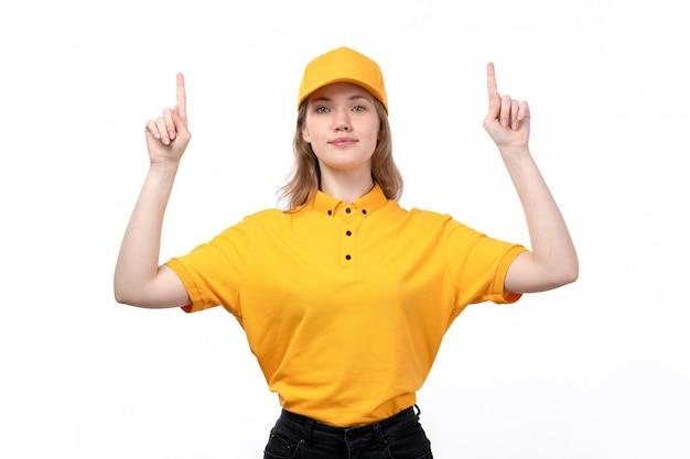 Eine junge kurierin der vorderansicht weiblicher arbeiter des lebensmittellieferservices lächelnd mit erhobenen fingern auf weiß