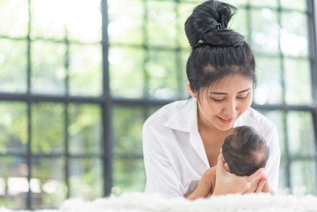 Eine junge mutter trägt ein baby