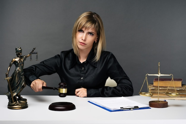 Eine junge richterin arbeitet in ihrem büro. - bild