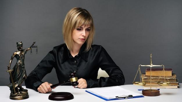 Eine junge richterin arbeitet in ihrem büro.