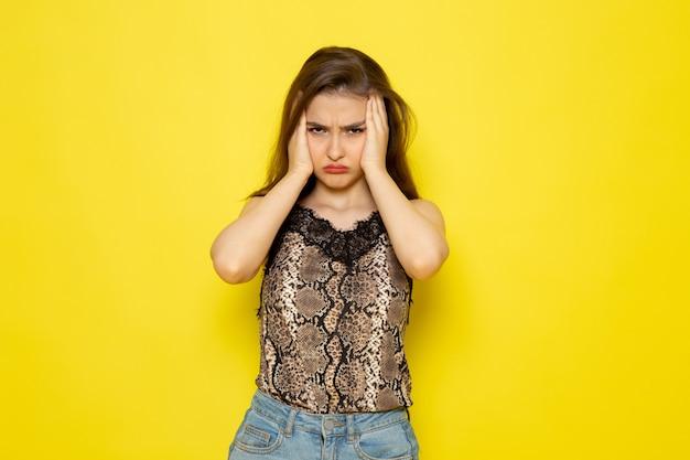 Eine junge schöne dame der vorderansicht in der braunen bluse und in den blauen jeans gestresst
