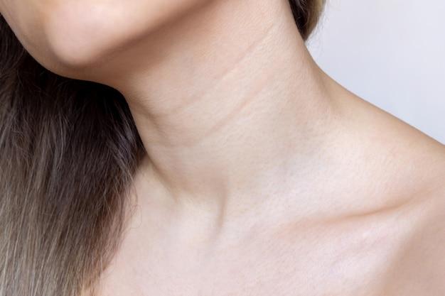 Eine junge weibliche hals- und brustlinie