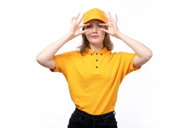 Eine junge weibliche kurierarbeiterin der vorderansicht des lebensmittel-lieferservices zeigt kleine größe mit ihren fingern auf weiß