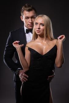 Eine junge wunderschöne blondine flirtet mit ihrem geliebten mann.