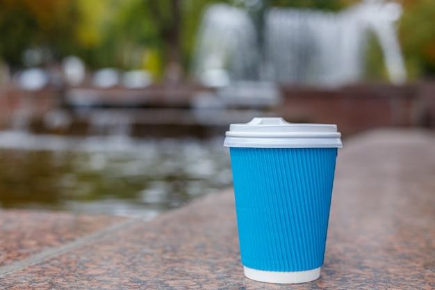 Eine kaffeetasse in der stadt