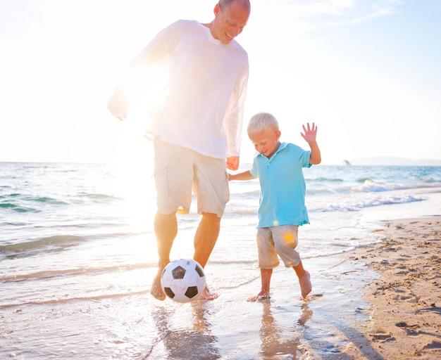 Eine kaukasische familie genießt sommerferien