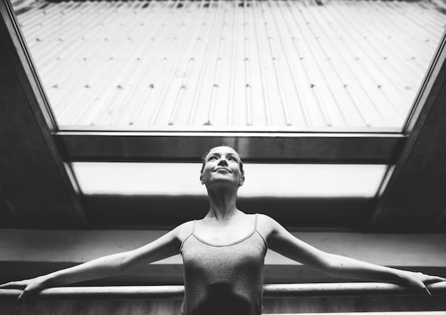 Eine kaukasische frau und ein mädchen, die ballett üben