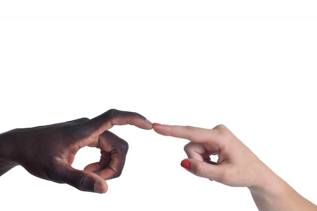 Eine kaukasische und eine afrikanische hand auf weißem hintergrund