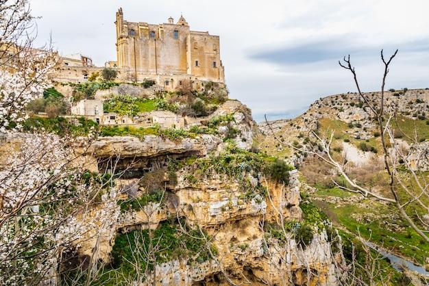 Eine kirche am rande einer spektakulären klippe in der touristischen italienischen stadt matera.
