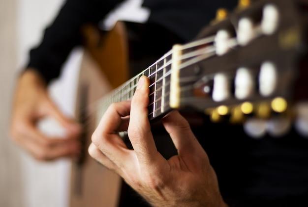 Eine klassische gitarre spielen