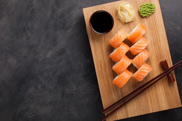 Eine klassische philadelphia rolle mit wasabi.