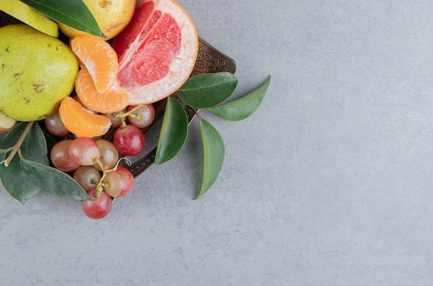 Eine kleine auswahl verschiedener früchte auf marmor