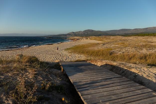 Eine kleine holzbrücke am strand