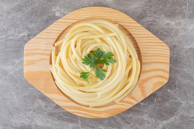Eine kleine portion spaghetti, auf dem marmor.
