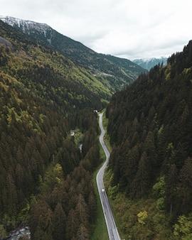 Eine kleine straße durch die berge in den dolomiten