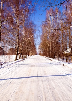 Eine kleine straße im winter, landschaft