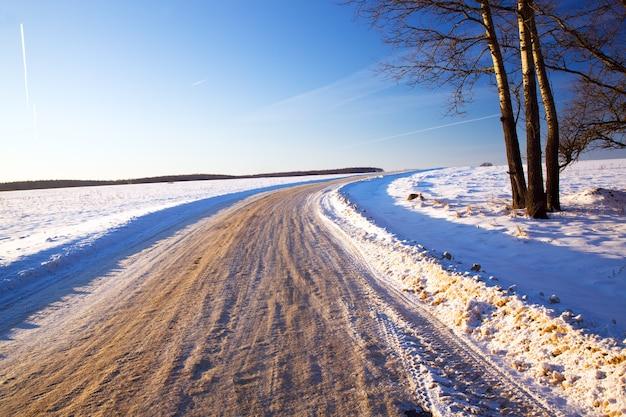 Eine kleine straße im winter. landschaft