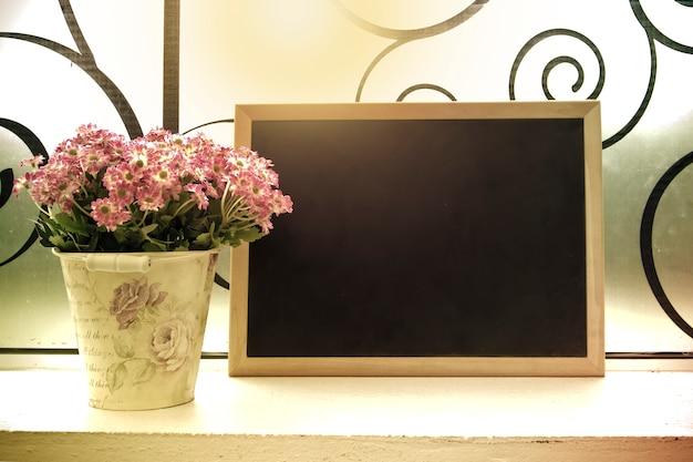 Eine kleine tafel und ein blumenstrauß in einer vase