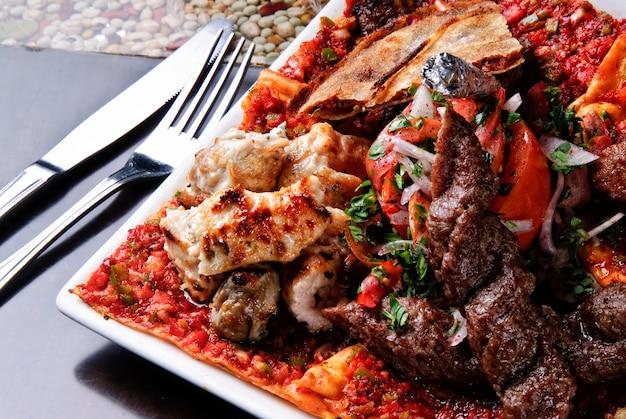 Eine köstliche arabische küche, mandi-reis, serviert mit lammfleisch - lahm in einem arabischen restaurant in sharjah vae