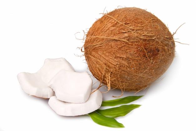 Eine kokosnuss isoliert auf weiß