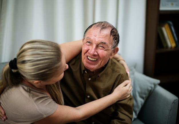 Eine kranke ältere person, die in einem krankenhaus bleibt