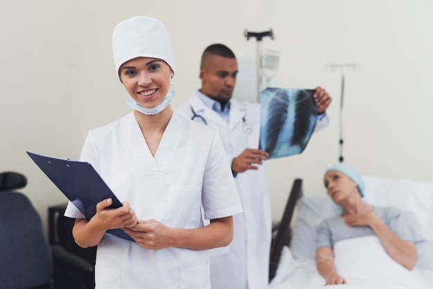 Eine krankenschwester posiert gegen den patienten