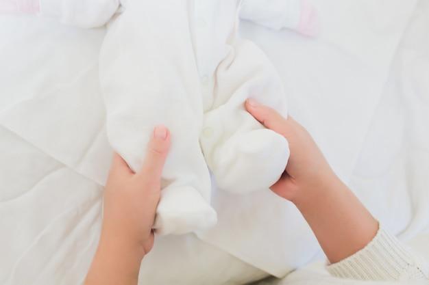 Eine krankenschwester verkleidet ein neugeborenes.