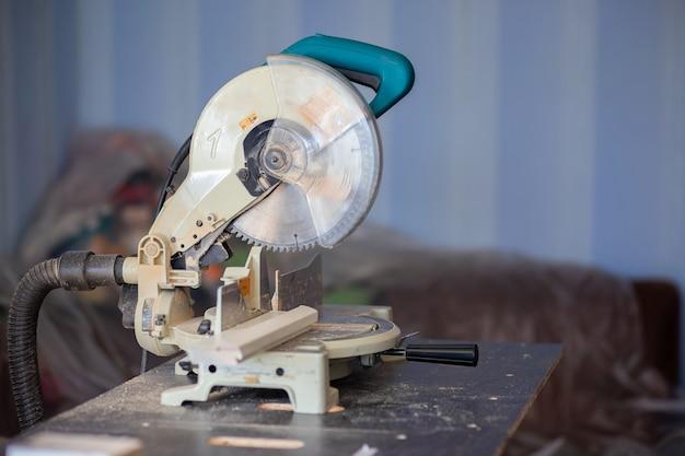 Eine kreissäge auf einer werkbank in einer wohnung. hausreparatur, sah geschnittene holzprodukte