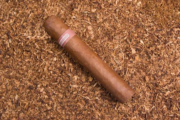 Eine kubanische zigarre, handgemachte frisch gerollte zigarren, entsorgen den tabak