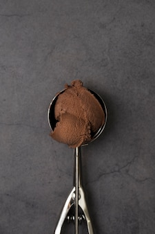 Eine kugel schokoladeneis der draufsicht