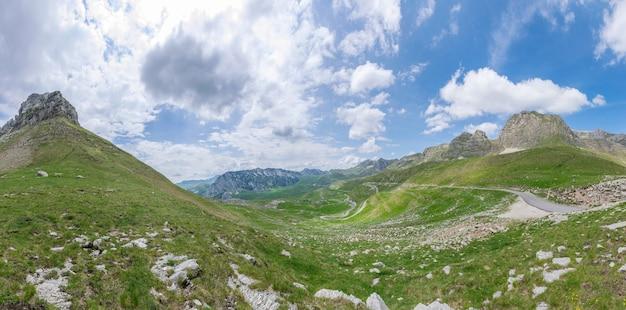 Eine kurvenreiche straße führt durch die malerische bergwelt.