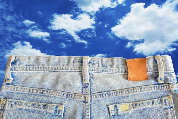 Eine kurze jeans. jeanshose mit hohem bund.