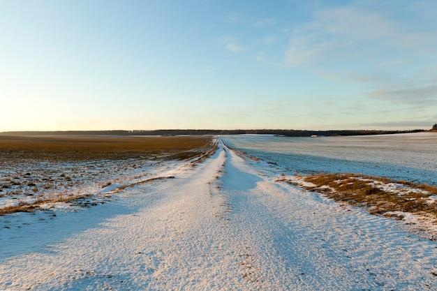 Eine ländliche kleine straße im schnee